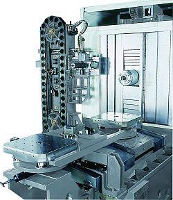 Pohled na otočný stůl a zásobník nástrojů strojů řady FMH